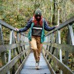 femme en randonnée sur un pont